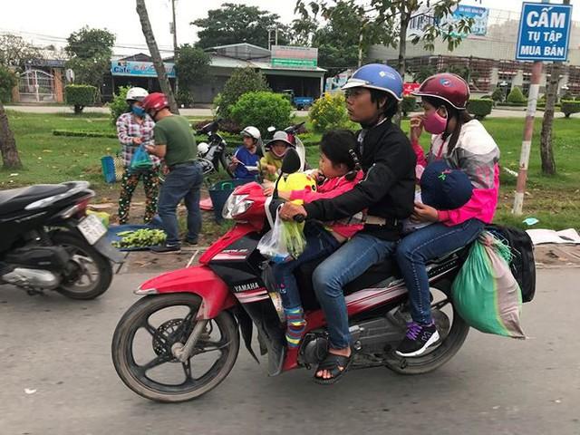 Người dân ùn ùn trở lại Sài Gòn sau lễ - Ảnh 12.