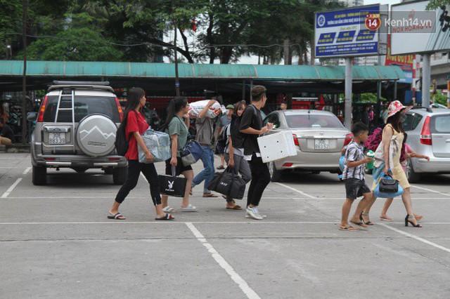 Kết thúc 3 ngày nghỉ lễ, người dân lỉnh kỉnh đồ đạc ùn ùn kéo về thành phố - Ảnh 13.