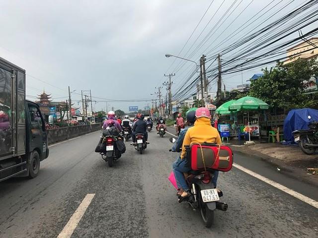 Người dân ùn ùn trở lại Sài Gòn sau lễ - Ảnh 15.