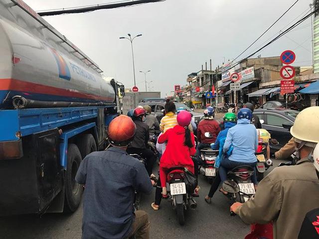 Người dân ùn ùn trở lại Sài Gòn sau lễ - Ảnh 3.