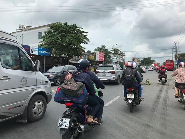 Người dân ùn ùn trở lại Sài Gòn sau lễ - Ảnh 6.