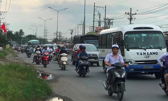 Người dân ùn ùn trở lại Sài Gòn sau lễ - Ảnh 9.