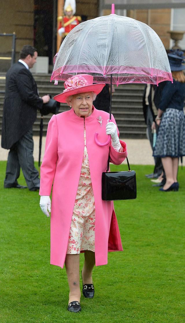 Những hình ảnh chứng tỏ niềm đam mê mãnh liệt của Nữ hoàng Anh với những chiếc ô lồng chim đủ màu sắc - Ảnh 2.