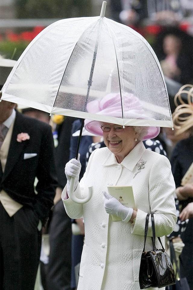 Những hình ảnh chứng tỏ niềm đam mê mãnh liệt của Nữ hoàng Anh với những chiếc ô lồng chim đủ màu sắc - Ảnh 16.