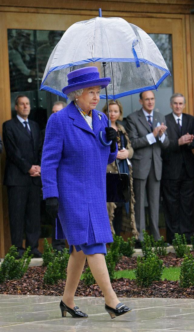 Những hình ảnh chứng tỏ niềm đam mê mãnh liệt của Nữ hoàng Anh với những chiếc ô lồng chim đủ màu sắc - Ảnh 4.