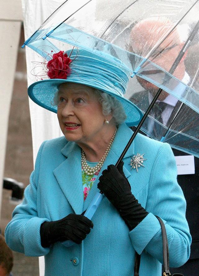 Những hình ảnh chứng tỏ niềm đam mê mãnh liệt của Nữ hoàng Anh với những chiếc ô lồng chim đủ màu sắc - Ảnh 5.