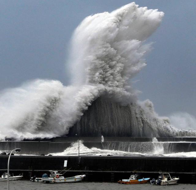 Hình ảnh sau cơn bão mạnh nhất 25 năm ập vào Nhật Bản - Ảnh 2.