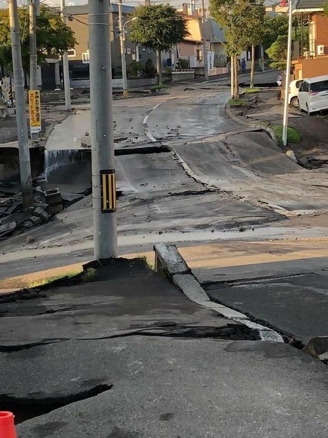 Hình ảnh: Nhật Bản hoang tàn, đổ nát sau liên tiếp siêu bão Jebi và động đất 6 độ Richter ở Hokkaido - Ảnh 1.