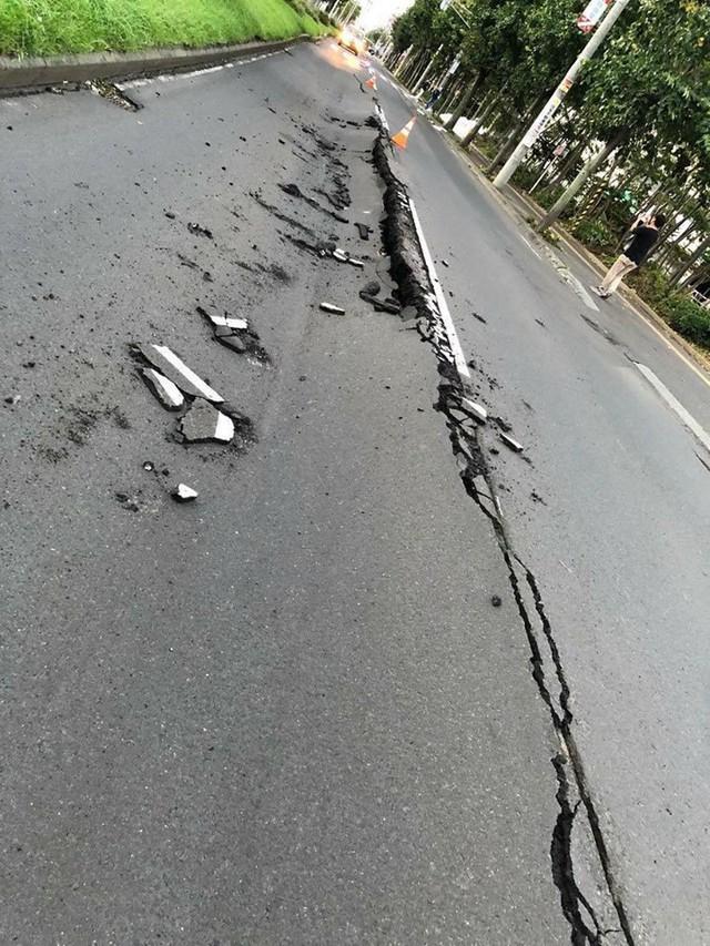 Hình ảnh: Nhật Bản hoang tàn, đổ nát sau liên tiếp siêu bão Jebi và động đất 6 độ Richter ở Hokkaido - Ảnh 2.