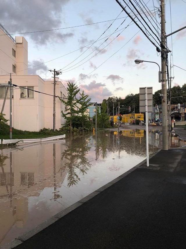 Hình ảnh: Nhật Bản hoang tàn, đổ nát sau liên tiếp siêu bão Jebi và động đất 6 độ Richter ở Hokkaido - Ảnh 3.