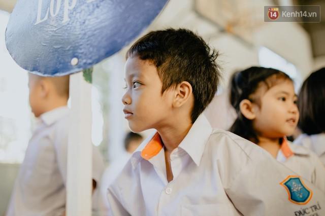 Cậu bé xếp dép ở nhà thờ Đức Bà dự buổi lễ khai giảng đầu đời: Đạt sẽ được đi học miễn phí suốt 12 năm - Ảnh 11.