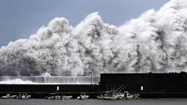 Hình ảnh: Nhật Bản hoang tàn, đổ nát sau liên tiếp siêu bão Jebi và động đất 6 độ Richter ở Hokkaido - Ảnh 24.