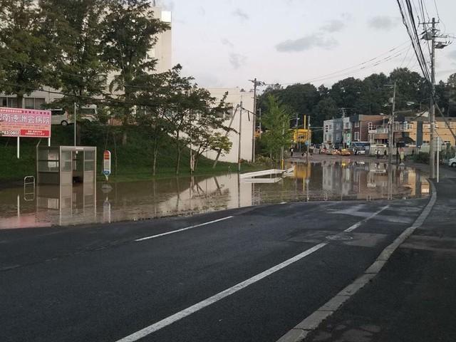 Hình ảnh: Nhật Bản hoang tàn, đổ nát sau liên tiếp siêu bão Jebi và động đất 6 độ Richter ở Hokkaido - Ảnh 5.