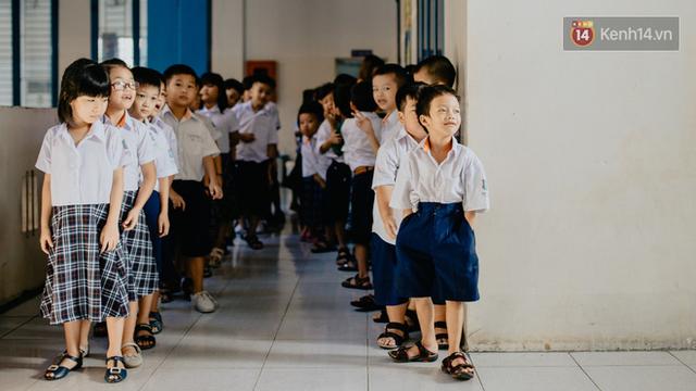 Cậu bé xếp dép ở nhà thờ Đức Bà dự buổi lễ khai giảng đầu đời: Đạt sẽ được đi học miễn phí suốt 12 năm - Ảnh 4.