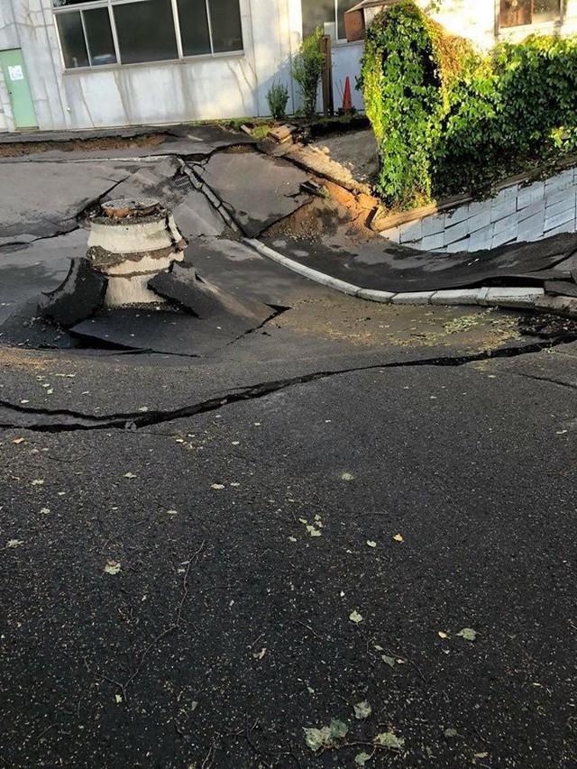 Hình ảnh: Nhật Bản hoang tàn, đổ nát sau liên tiếp siêu bão Jebi và động đất 6 độ Richter ở Hokkaido - Ảnh 9.