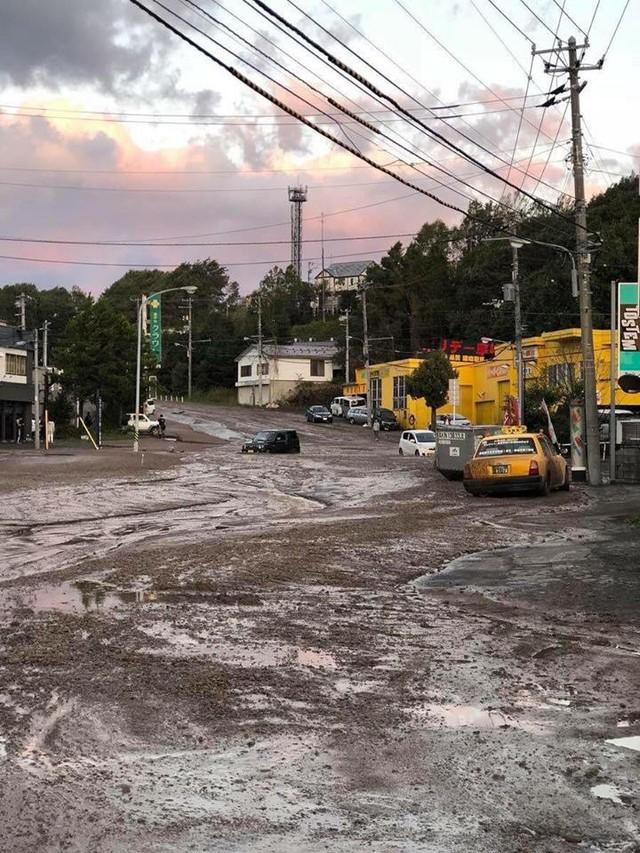 Hình ảnh: Nhật Bản hoang tàn, đổ nát sau liên tiếp siêu bão Jebi và động đất 6 độ Richter ở Hokkaido - Ảnh 10.