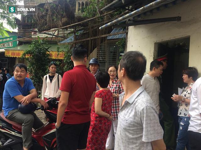 [Nóng] Chung cư cao tầng rung lắc sau động đất ở Hà Nội, cư dân hoảng loạn tháo chạy - Ảnh 1.