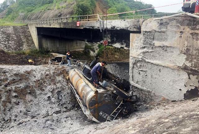 Gia cố cầu hư hỏng sau vụ cháy xe bồn trên cao tốc Nội Bài - Lào Cai  - Ảnh 1.