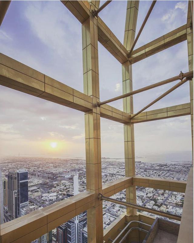 Từ đỉnh khách sạn, bạn có thể phóng tầm mắt ra toàn bộ thành phố.