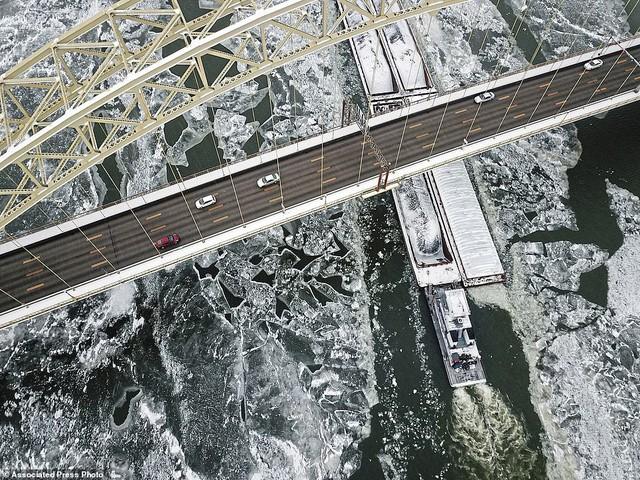 Hiện tại, bao khủ khắp nước Mỹ là một màu trắng của băng tuyết. Đài phun nước, sông hồ hay thậm chí là thác Niagara cũng đã bị đóng băng một phần. Tuyết rơi dày ở nhiều khu vực khiến giao thông đình trệ. Hàng nghìn chuyến bay cũng đã bị hủy trong điều kiện bão tuyết và băng đá bao phủ trên diện tích rộng.