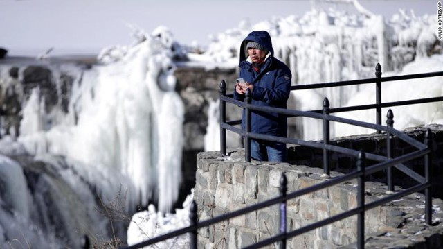 Nhằm đối phó với tuyết, chính quyền bang South Carolina đã rắc 13.000 tấn muối để ngăn mọi thứ bị đóng băng. Trong khi đó, chính quyền bang Georgia đã phải ban bố tình trạng khẩn cấp nhằm đối phó với đợt lạnh kỷ lục. Hiện tại, nhà chức trách ghi nhận 12 trường hợp tử vong vì đợt lạnh khắc nghiệt, trong đó có nhiều người vô gia cư.