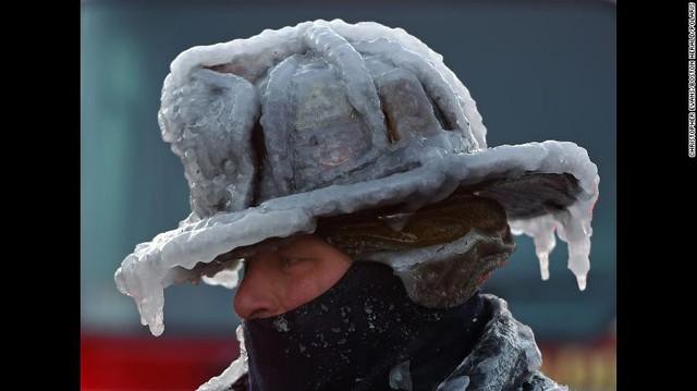 Băng đọng trên mũ của một nhân viên cứu hỏa. Dù nhiệt độ lạnh giá nhưng nhiều vụ hỏa hoạn vẫn xảy ra, buộc lực lượng cứu hỏa liên tục phải làm việc.