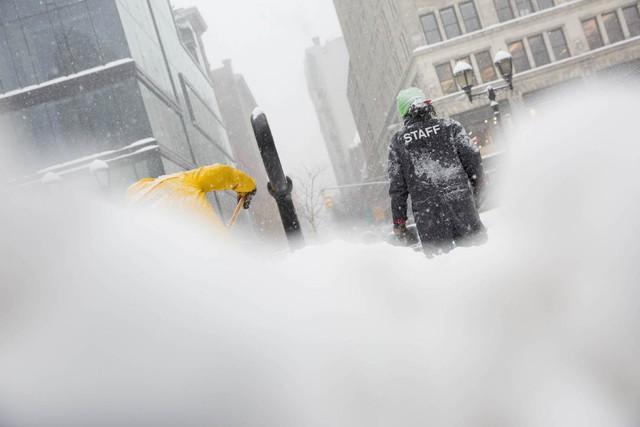 Các công nhân cũng phải làm việc liên tục để dọn tuyết ở những khu vực quan trọng.