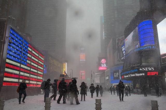 Không có đèn, những du khách lầm lũi khám phá Quảng trường Thời đại trong gió lạnh tạo ra một cảnh tượng khác thường ở New York.