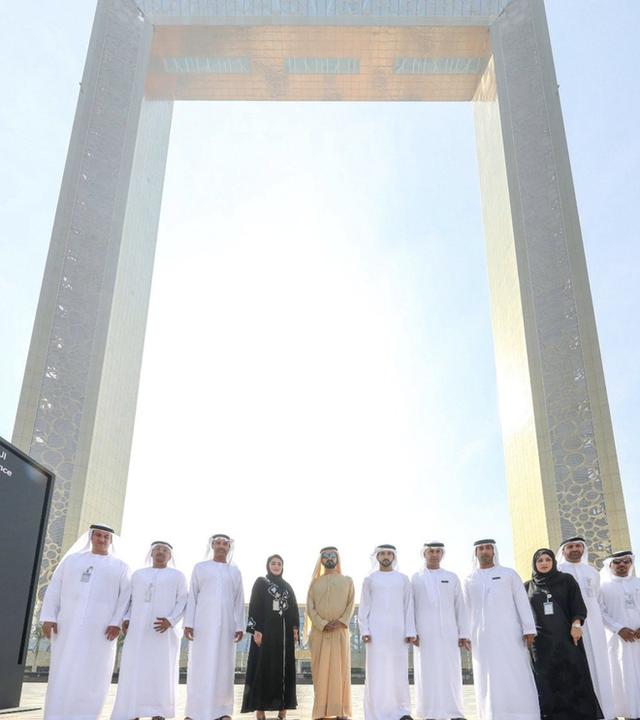 Dubai vừa khánh thành tòa nhà dát vàng trông giống hệt cái khung ảnh - Ảnh 3.