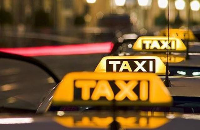 Bắt taxi về nhà sau giờ tăng ca muộn, chàng trai bất ngờ nhận được 1 thứ quý giá từ tài xế - Ảnh 1.