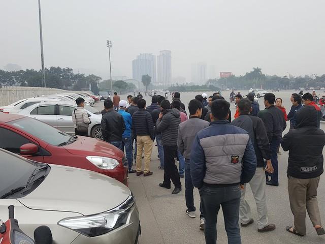 Hàng trăm xe ô tô tuần hành trên đường phố Hà Nội đòi Grab giảm tỷ lệ ăn chia - Ảnh 1.