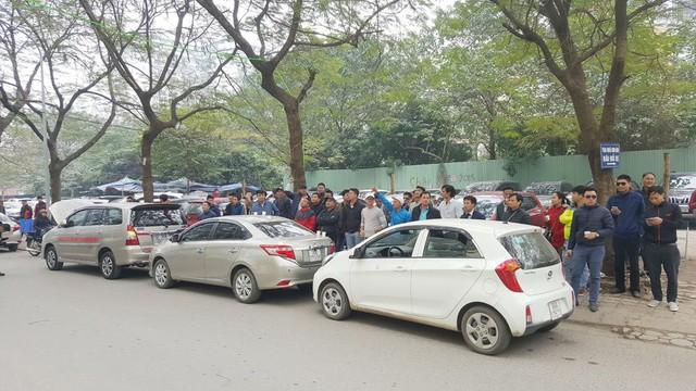 Hàng trăm xe ô tô tuần hành trên đường phố Hà Nội đòi Grab giảm tỷ lệ ăn chia - Ảnh 3.