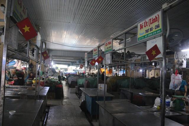Tiểu thương Đà Nẵng treo quốc kỳ khắp chợ, nghỉ bán sớm để cổ vũ cho đội tuyển U23 Việt Nam - Ảnh 1.