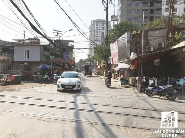 Lối vào đường Định Công từ đường Giải Phóng dưới chân dự án.