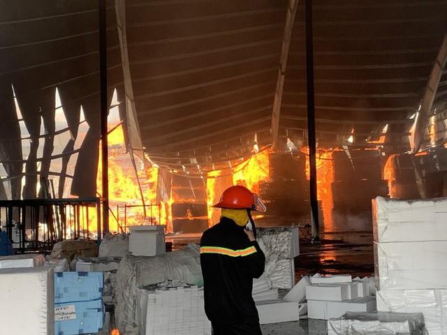 Cách 10km vẫn thấy lửa khói bốc lên từ thị xã Tân Uyên - Ảnh 1.