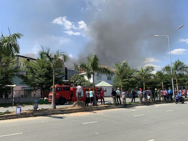 Cách 10km vẫn thấy lửa khói bốc lên từ thị xã Tân Uyên - Ảnh 3.