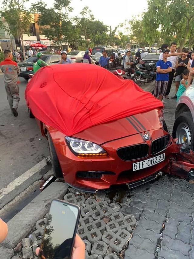 Ô tô BMW gây tai nạn liên hoàn trên đường phố Sài Gòn, những người trên xe rời khỏi hiện trường - Ảnh 3.