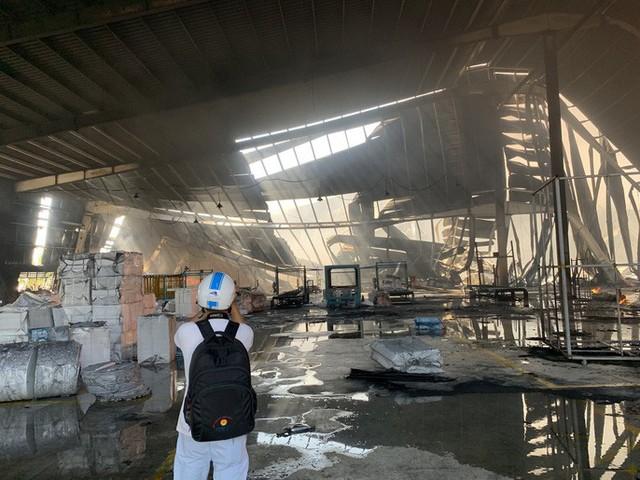 Cách 10km vẫn thấy lửa khói bốc lên từ thị xã Tân Uyên - Ảnh 7.
