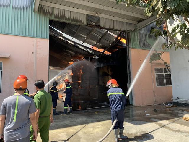 Cách 10km vẫn thấy lửa khói bốc lên từ thị xã Tân Uyên - Ảnh 8.