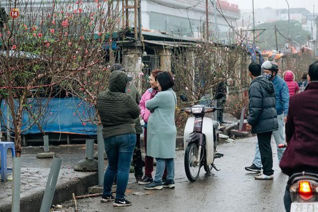 Chùm ảnh: Hoa đào đã nở đỏ rực trên những tuyến phố Hà Nội, Tết đã đến rất gần rồi! - Ảnh 19.