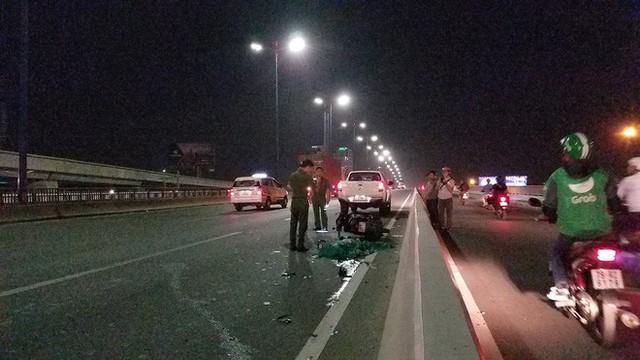 Đâm vào xe CA đang khám nghiệm hiện trường, cặp khách Tây bị thương nặng ở cầu Sài Gòn - Ảnh 1.