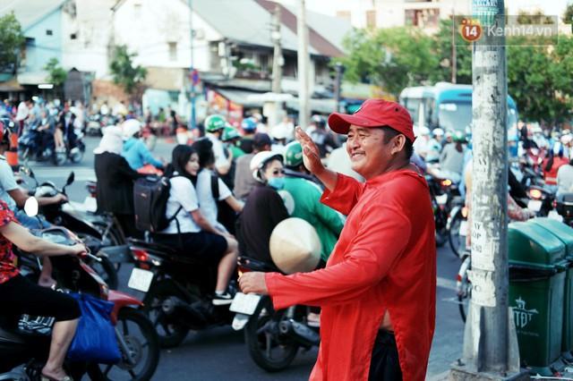 Phía sau đoạn clip người đàn ông mặc áo dài đỏ, nhảy múa trên hè phố Sài Gòn: Kiếm tiền cho con đi học, có gì phải xấu hổ - Ảnh 1.