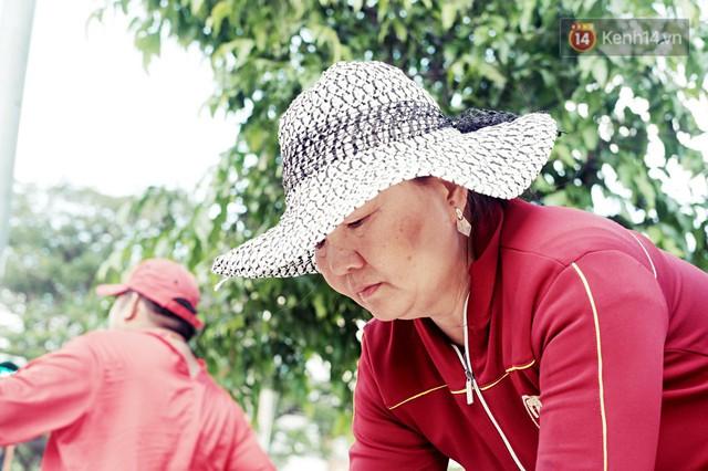 Phía sau đoạn clip người đàn ông mặc áo dài đỏ, nhảy múa trên hè phố Sài Gòn: Kiếm tiền cho con đi học, có gì phải xấu hổ - Ảnh 6.
