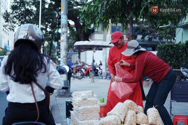 Phía sau đoạn clip người đàn ông mặc áo dài đỏ, nhảy múa trên hè phố Sài Gòn: Kiếm tiền cho con đi học, có gì phải xấu hổ - Ảnh 8.