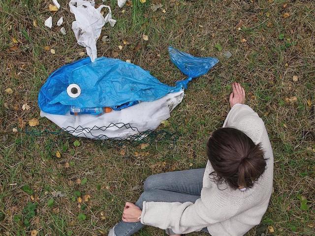 Sáng tạo từ rác thải nhựa - Hành động kỳ lạ của bà mẹ trẻ khiến cộng đồng thức tỉnh: Chúng ta đang làm gì với trái đất? - Ảnh 2.