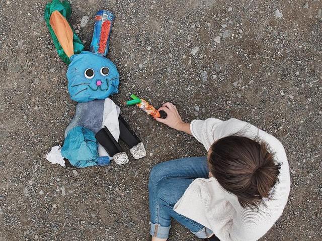 Sáng tạo từ rác thải nhựa - Hành động kỳ lạ của bà mẹ trẻ khiến cộng đồng thức tỉnh: Chúng ta đang làm gì với trái đất? - Ảnh 8.