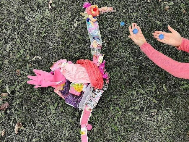 Sáng tạo từ rác thải nhựa - Hành động kỳ lạ của bà mẹ trẻ khiến cộng đồng thức tỉnh: Chúng ta đang làm gì với trái đất? - Ảnh 5.