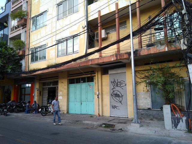 Người phụ nữ đập phá Mercedes gần 2 tỷ trên phố Sài Gòn có tiền sử tâm thần - Ảnh 1.