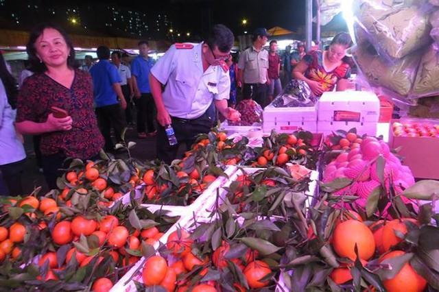 Cam Canh Trung Quốc đầy chợ đầu mối Sài Gòn - Ảnh 2.