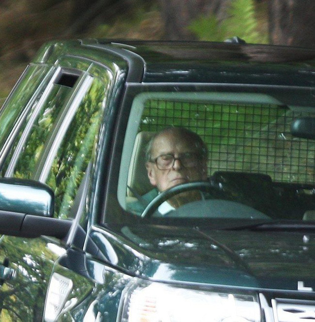 Vận xui đeo bám Hoàng gia Anh: Chồng Nữ hoàng gặp tai nạn xe hơi nghiêm trọng, trong đó có trẻ 10 tháng tuổi - Ảnh 4.